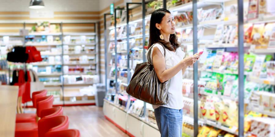 shopper-at-fridge-case-feature-900x450
